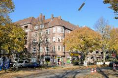 Mehrstöckige Backsteinwohnhäuser - Herbstbäume, Strassenbäume in Hamburg Hamm.