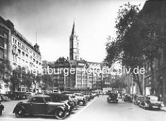 Parkende Autos auf dem historischen Pferdemarkt in der Hamburger Altstadt, Vorkriegsfotografie - seit 1946 ist der Platz nach Gerhart Hauptmann benannt; im Hintergrund die Mönckebergstrasse und die St. Jacobikirche.