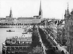 Altes Luftbild vom Jungfernstieg in der Hamburger Neustadt an der Binnenalster. Im Vordergrund der Alsterpavillon und die Promenade / Allee am Wasser; re. das Gebäude vom Hamburger Hof - Kirchtürme der St. Petrikirche und St. Jacobikirche.