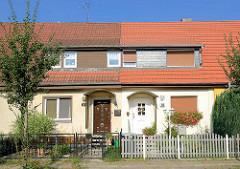 Doppelhäuser mit unterschiedlicher Fassadengestaltung und verschiedenen Eingangstüren - Wohnhäuser in Oranienburg, Kiefernweg.
