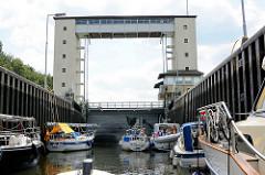 Motorboote liegen in der Schleusenkammer der Lehnitzschleuse in Oranienburg.  Die Schleusenanlage Lehnitz wurde 1910 erbaut - sie hat eine nutzbare Länge von 80 Meter und eine Breite von 10 Metern - die Hubhöhe beträgt ca. 5,65 m.