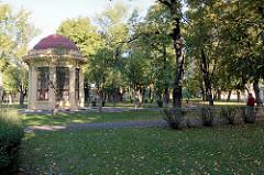 Historischer Pavillon im Smetana-Park von Terezin, Theresienstadt.