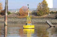 Kardinaltonne zum Kennzeichnen von Hindernissen / richtungsbezeichnendes Seezeichen. Hindernis auf dem Köhlbrand soll im Westen umfahren werden.