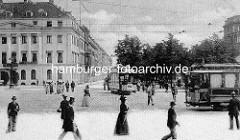 Blick über den historischen Stephansplatz in der Hamburger Neustadt - Fussgänger und Strassenbahnen. Blick in die Esplanade und zu Meyer's Hôtel, dem späteren Hotel Esplanade