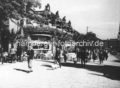 Historische Bilder aus der Hansestadt Hamburg - Fussgänger, Mann mit Hund auf dem Jungfernstieg vor dem  Alsterpavillion.