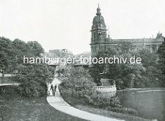 Blick vom Botanischen Garten in der Hamburger Neustadt zum Kuppelturm der Oberpostdirektion am Stephansplatz.