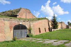 Aussiger Kaserne auf dem Festungsgelände in Terezin / Theresienstadt; während der Zeit, als die Festung als Konzentrationslager / Ghetto verwendet wurde war hier das Zentrallager für Kleidung und beschlagnahmte Gegenstände.