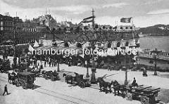 Historisches Bild vom  Alsterpavillion an der Binnenalster - Pferdekutschen stehen auf dem Jungfernstieg.