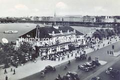 Altes Luftansicht vom Hamburger Alsterpavillion an der Binnenalster. Auf dem Jungfernstieg parken KFZ, Radfahrer  und Pferdefuhrwerk; im Hintergrund der Alsterdamm / Ballindamm.