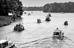 Sportboote wurden in der Lehnitzschleuse geschleust und fahren in den Lehnitzsee, Teil der Havel-Oder Wasserstrasse ein.