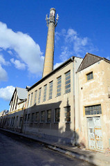 Altes Fabrikgebäude mit Schornstein in Terezin / Theresienstadt - Jahreszahl 1940 an der Fassade