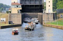 Motorboote verlassen die Lehnitzschleuse in Oranienburg und fahren in den Lehnitzsee / Havel ein.  Die Schleusenanlage Lehnitz wurde 1910 erbaut - sie hat eine nutzbare Länge von 80 Meter und eine Breite von 10 Metern - die Hubhöhe beträgt ca. 5,65