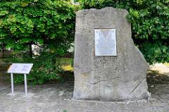 Gedenkstein in Oranienburg - Tafelinschrift: KZ Sachsenhausen Ravensbrück Aussenlager Auerwerke - hunderte fielen der unmenschlichen Ausbeutung und dem Terror der SS zum Opfer. Ihr Kampf ist uns Verpflichtung. Daneben eine Tafel zum Gedenken an die Ä