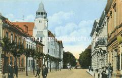 Altes Bild vom Postgebäude in Theresienstadt, Fussgänger auf der Strasse.