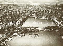 Blick über die Lombardsbrücke auf die Binnenalster und dem Jungfernstieg mit dem Fährbootanleger und Alsterpavillon. Lks. die Hamburger Altstadt - im Hintergrund die Speicherstadt und das Hafengebiet an der Norderelbe, re. die Neustadt Hamburgs m