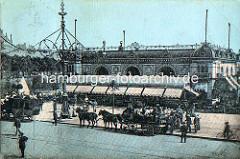 Hamburg früher - alte Ansicht vom Alsterpavillion am Jungfernstieg; Pferdekutschen / Pferdedroschken stehen mit Fahrgästen am Strassenrand - Fussgänger und Radfahrer.