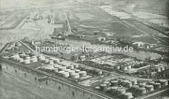 Historisches Bild vom Petroleumhafen in Hamburg Waltershof - Öltanks am Ufer der Elbe. Im Hintergrund wird der Waltershofer Hafen gebaut.