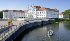 Schloss Oranienburg - das älteste Barockschloss in  Brandenburg. In der Regierungszeit Friedrichs III./I. (1688 – 1713) wurde Oranienburg eine der bedeutendsten Schloss- , Garten- und Stadtanlagen in der Mark Brandenburg. Ein Motorboot fährt auf der