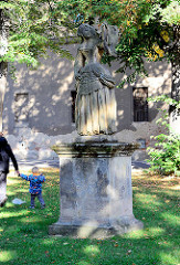 Stein-Skulptur in Terezin, Theresienstadt.
