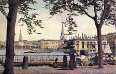 Altes Motiv von der Hamburger Binnenalster - Blick vom Neuen Jungfernstieg auf den Hamburger Binnensee. Eine Frau mit Strohhut und Kinderwagen  steht am Wasser vor dem Bootsverleih mit Ruderbooten. Segelboot am Alsterpavillion - Alsterdampfer am