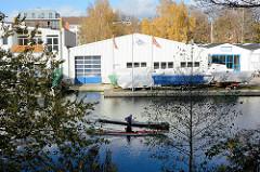 Schiffslager - Werft am Ufer vom Goldbekkanal in Hamburg Winterhude - Kanus.
