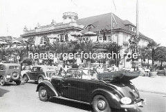 Historische Ansicht vom Jungfernstieg - Strassenverkehr, Cabriolet; vor dem Alsterpavillion sitzen Gäste an Tischen im Freien.