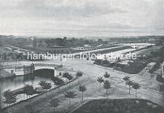 Blick über die neugebaute Mundsburger Brücke über den Mundsburger Kanal; im Hinterrund die Kuhmühlenbrücke und der Kuhmühlenteich.