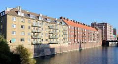 Wohnblocks am Kanalufer in Hamburg Hamm - Architekturstil der 1950er Jahr, Nachkriegsarchitektur.