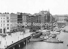 Blick über die Reesendammbrücke zum Jungfernstieg - alte Fotos aus der Hansestadt Hamburg.  Schuten mit Ladung und Barkasse - Alsterdampfer am Anleger.