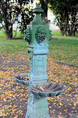 Gusseiserner Trinkbrunnen im Park von Terezin / Theresienstadt, Aufschrift pitná voda  - Trinkwasser.