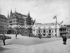 Blick vom Dampferanleger Jungfernstieg auf den Alsterpavillion mit Amerika-Flagge und das Hotel Hamburger Hof;  erbaut 1883 aus rotem  Sandstein gebaut - Architekten Bernhard Hanssen und Emil Meerwein.