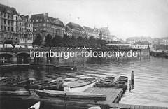 Blick über die Binnenalster / Einfahrt in die Kleine Alster zum Jungfernstieg. Im Vordergrund Ruderboote eines Bootsverleihs und der Verkehrspavillion.
