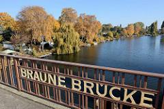 Braune Brücke über die Bille / Grenze zwischen Hamburg Hamm + Rothenburgsort; herbstliche Bäume am Flussufer - Kleingartenanlage.