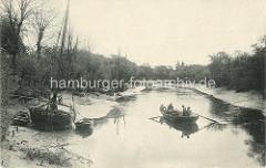 Altes Bild vom Lauf der Bille in Hamm, Billstedt; Ewer liegen am Ufer bei Niedrigwasser, ein Ruderboot wird von Ruderern mit Ladung flussabwärts gerudert.