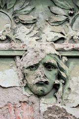 Verfallenes Jugendstildekor - abblätternder Putz, Fassade Wohnhaus in Kolin.