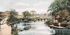 Historisches coloriertes Motiv vom Hamburger Stadtgraben - Pavillon / Bootsanleger, Brücke über das Wasser; lks. das Strafjustizgebäude.