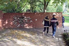 Ziegelmauer in Planten un Blomen, Wallanlagen am Untersuchungsgefängnis; Metallarbeit Wand Lung von Friederich Werthmann - installiert zur IGA 1963.