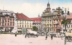 Historische Ansicht vom Karlsplatz / Karlovo náměstí in Kolin -  städtische Architektur des späten Barock, Renaissance und klassizistischer Historismus. Mit PLanen abgedeckte Fuhrwerke - vor dem Brunnen aufgebauter Marktstand; Rathausgebäude von