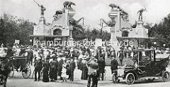Alter historischer Eingang von Hagenbecks Tierpark - Jugendstiltor mit Skulpturen. Menschenmenge - Droschken, Automobil / Tag der Eröffnung.