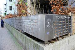 Metallbriefkästen, Aufschrift Strassennamen Lincolnstrasse 27/29 - Trommelstrasse 4. Bilder aus Hamburg St. Pauli.