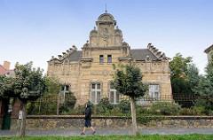 Historisches Jugendstil-Wohnhaus mit abblätterndem Putz - florales Stuckdekor, teilweise zerstört; Architekturfotografien aus Kolin / Tschechien.