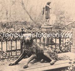 Begräbnisstätte der St. Nikolaikirche am Dammtor - die Hamburger Hauptkirchen hatten ihre Begräbnisstätten ausserhalb der Wallanlagen. Skulptur der treue Hund auf dem Grab des Oberalten Johann Martens. Die Skulptur wurde vom Bildhauer Ludwig Wilhe