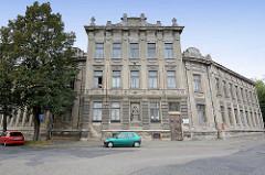 Wohngebäude - Gründerzeit Baustil / Architektur, grauer Putz, Büste in Fassade eingelasse; Fotos aus Kolin / Köln an der Elbe, Tschechische Republik.