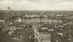 Historischer Blick über die Binnenalster - im Vordergrund der Pferdemarkt und das Thalia-Theater am Alstertor; lks. der Jungfernstieg mit dem Alsterpavillion, in der Bildmitte der Neue Jungfernstieg und re. die Lombardsbrücke.
