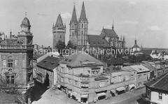 Historisches Foto vom der St. Bartholomäus Kirche in Kolin - Wohnhaus mit Geschäften, Markisen / Architektur der 1920er Jahre.