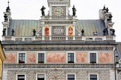 Skulpturen und Fassadenmalerei - Rathausturm vom Rathaus, Radnice in Kolin / Tschechien.