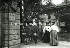 Eingang vom Hamburger Tiergarten am Dammtor - Zoowärter, Kassierer in Uniform - Frauen mit Strohhut. Schilder, der Garten wird um 10 1/2 geschlossen - Eintritt 1Mark, Kinder unter 12 Jahren die Hälfte.