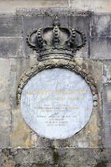 Detail -  Obelisk beim Schlosspark Rheinsberg - Bildhauer Boumann d. J.; angelegt 1790 - Gedenkstein für Offiziere des Siebenjährigen Kriegs. Gedenkplakette für Auguste Guillaume.