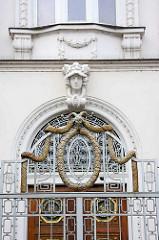 Mit goldenem Relief dekorierte Eisentür / Zaun - Gründerzeitgebäude in Kolin.