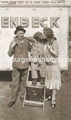 Zirkuswagen Carl Hagenbeck - Schimpanse im Anzug mit Stiefeln gibt Küsschen.